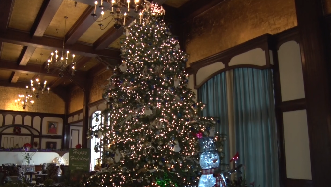 Eureka Inn Puts Up 18 Foot Christmas Tree
